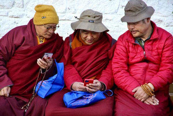 Тибетские монахи в городе Лхаса  - Sputnik Грузия