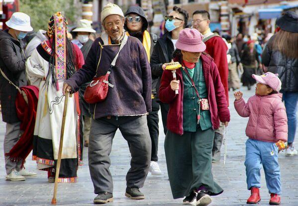 Местные жители города Лхаса в Тибете - Sputnik Грузия