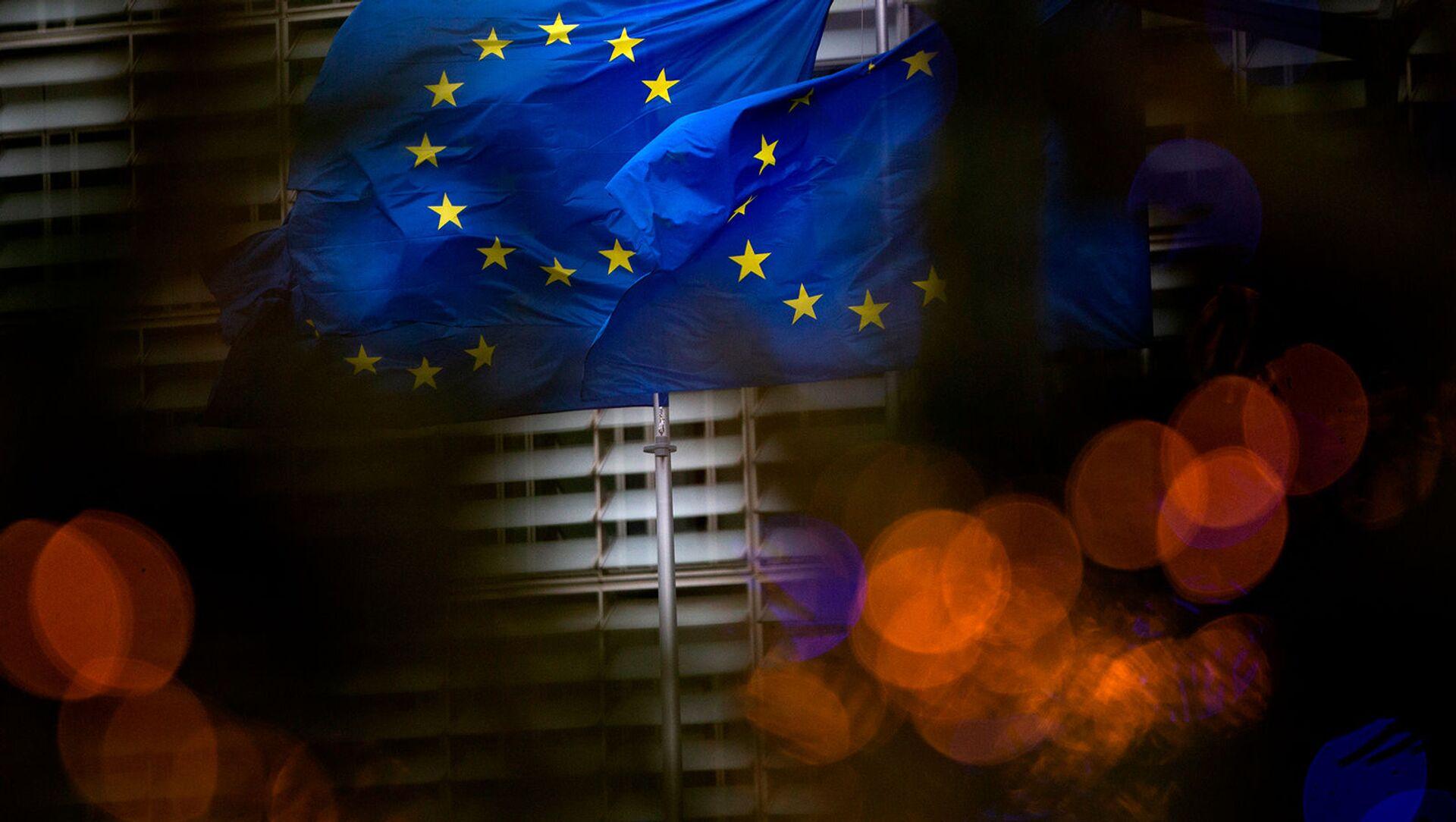 Флаги Европейского союза перед штаб-квартирой ЕС в Брюсселе - Sputnik Грузия, 1920, 10.02.2021