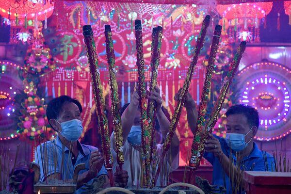 Верующие с ароматическими палочками в храме во время Нового года по лунному календарю в Камбоджи - Sputnik Грузия