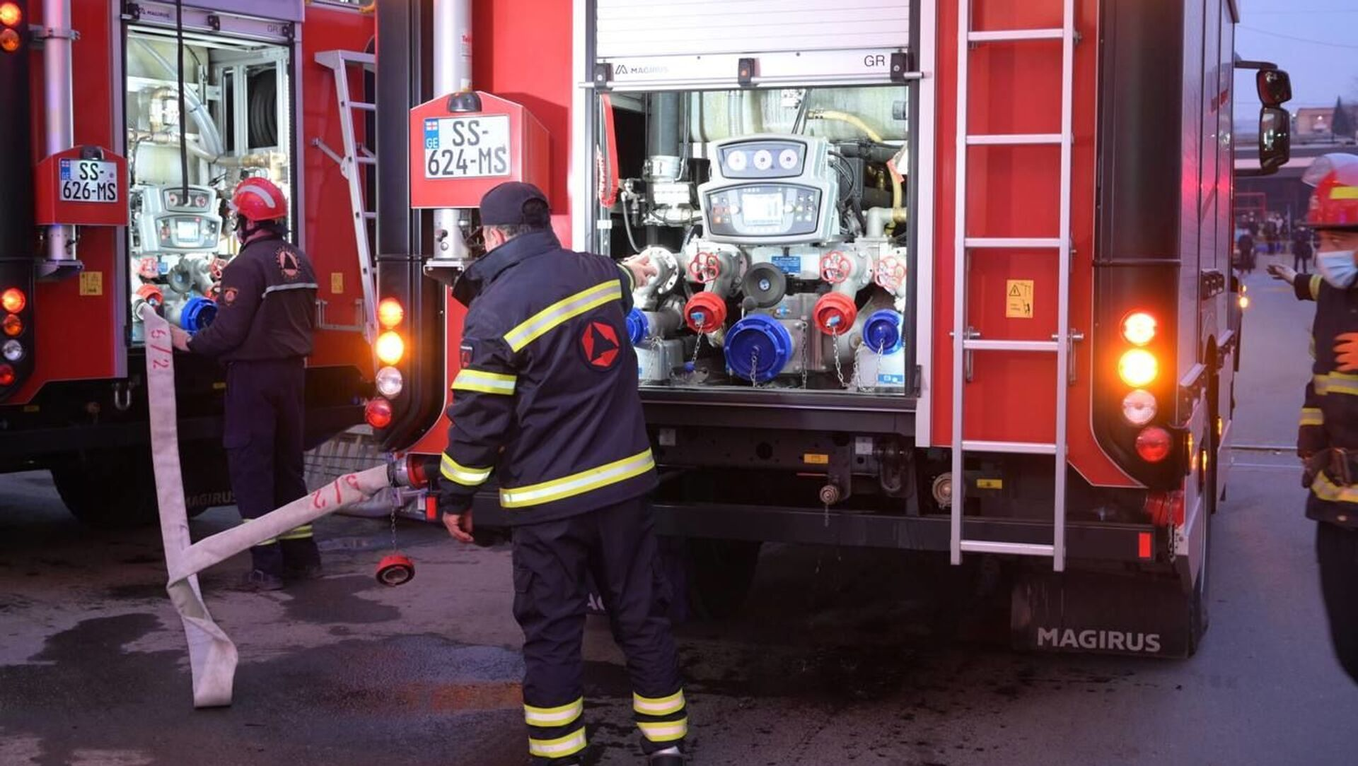 Пожарные спасатели на месте возгорания на рынке Элиава 12 февраля 2021 года - Sputnik Грузия, 1920, 18.02.2021