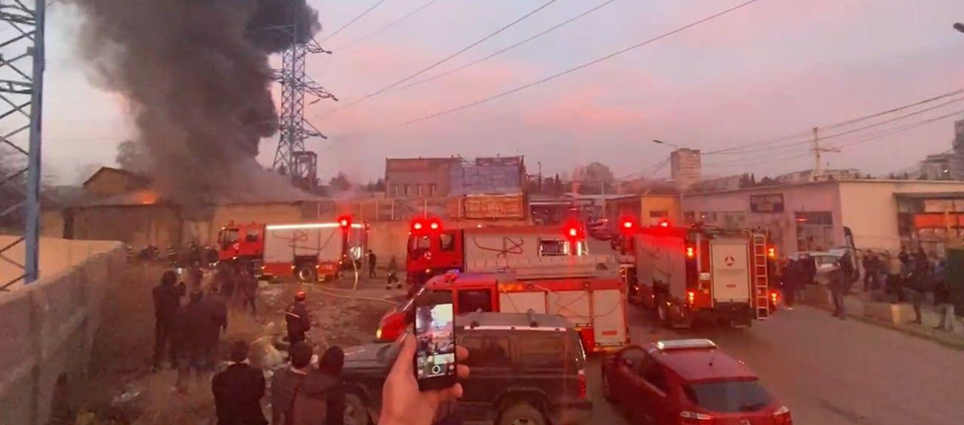 В Тбилиси горит рынок стройматериалов Элиава - видео - Sputnik Грузия, 1920, 12.02.2021
