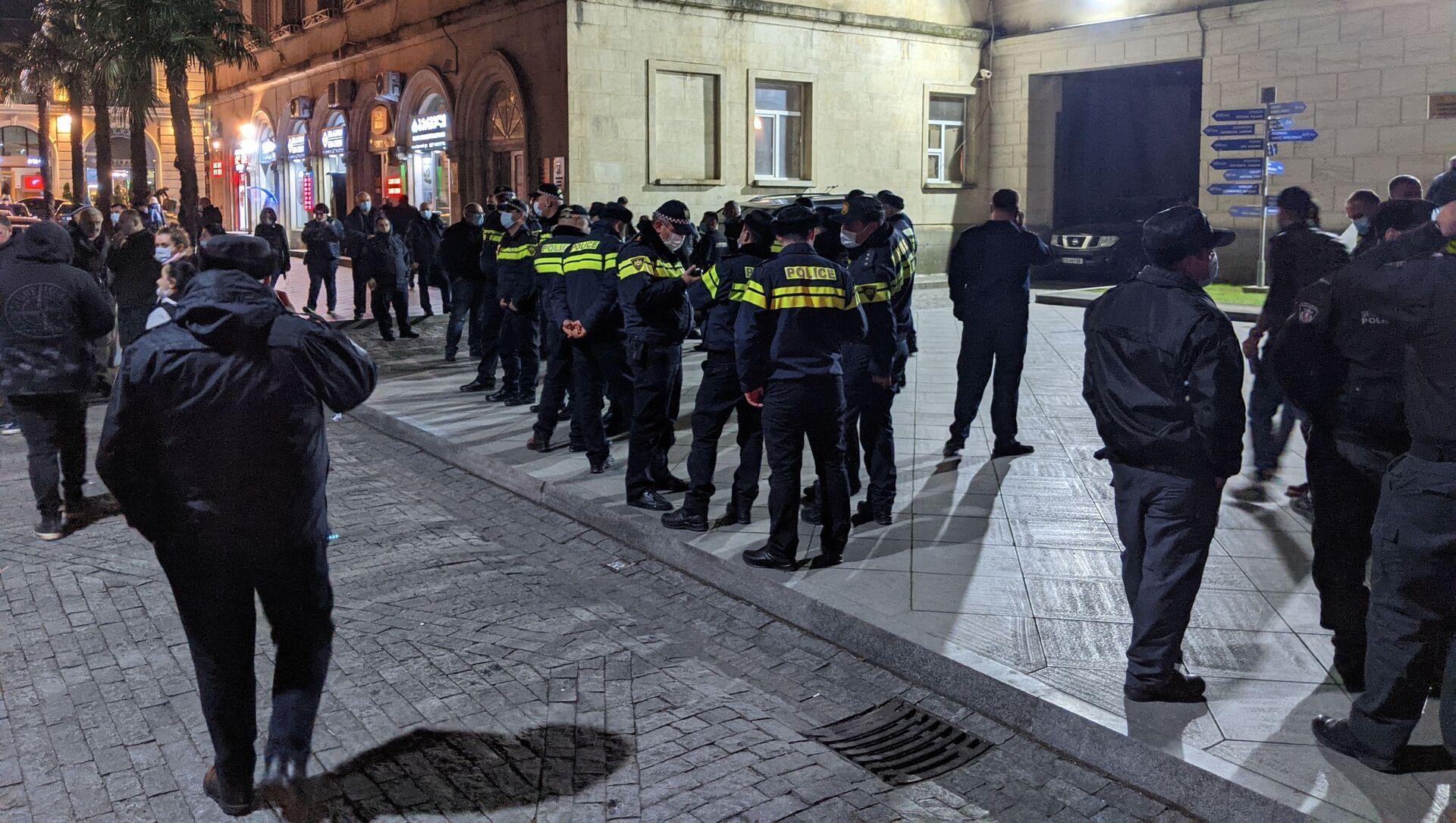 Акция протеста в Кутаиси 12 февраля 2021 года - полиция у здания мэрии города - Sputnik Грузия, 1920, 12.02.2021