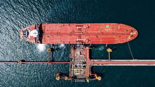 Нефтяной танкер у нефтеналивного терминала - Sputnik Грузия