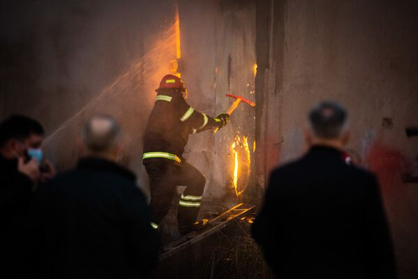 Кроме того, помещения и входы на склад, где бушевал огонь, оказались закрыты железными дверями - пожарным пришлось их взломать - Sputnik Грузия