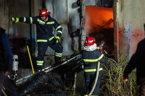 Теперь следствию предстоит установить причину возгорания, а эксперты должны подсчитать нанесенный пожаром ущерб - Sputnik Грузия