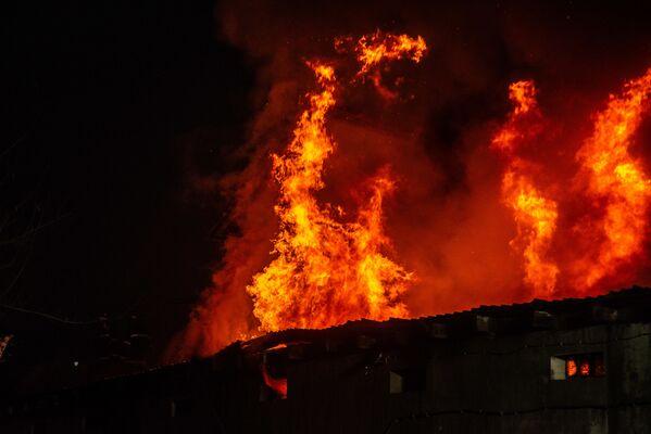 Пожарные оперативно прибыли на место ЧП - ведь на рынке Элиава хранится большое количество горючих и взрывоопасных средств - Sputnik Грузия