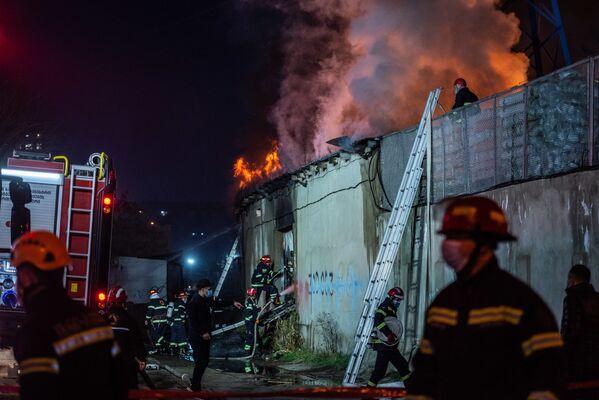 Тем не менее, через несколько часов все закончилось относительно благополучно - пожар был потушен и территория вокруг здания спасена - Sputnik Грузия