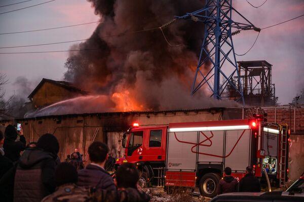 На ликвидацию главного очага огня пожарным потребовалось несколько часов - Sputnik Грузия