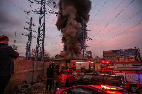 Крупный пожар на складе близ строительного рынка Элиава был виден издалека - даже с окраины города - Sputnik Грузия