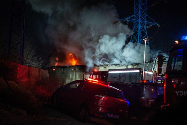На складе, где произошел пожар, хранились гудрон и краски - это тоже осложняло работу пожарных - Sputnik Грузия