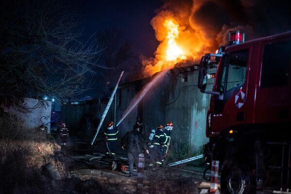 В целом работу пожарных по тушению горящего склада можно было охарактеризовать двумя словами - быстро и осторожно - Sputnik Грузия