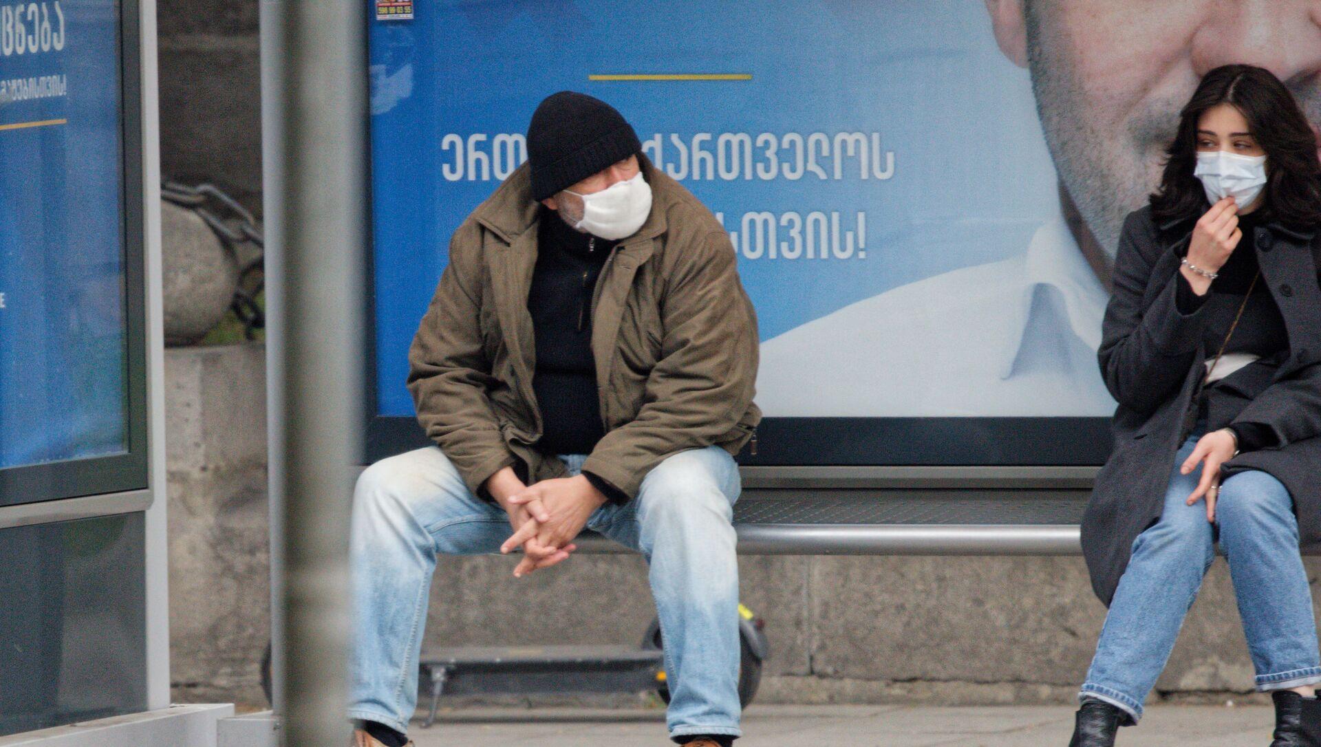 Эпидемия коронавируса - прохожие на улице в масках - Sputnik Грузия, 1920, 16.02.2021