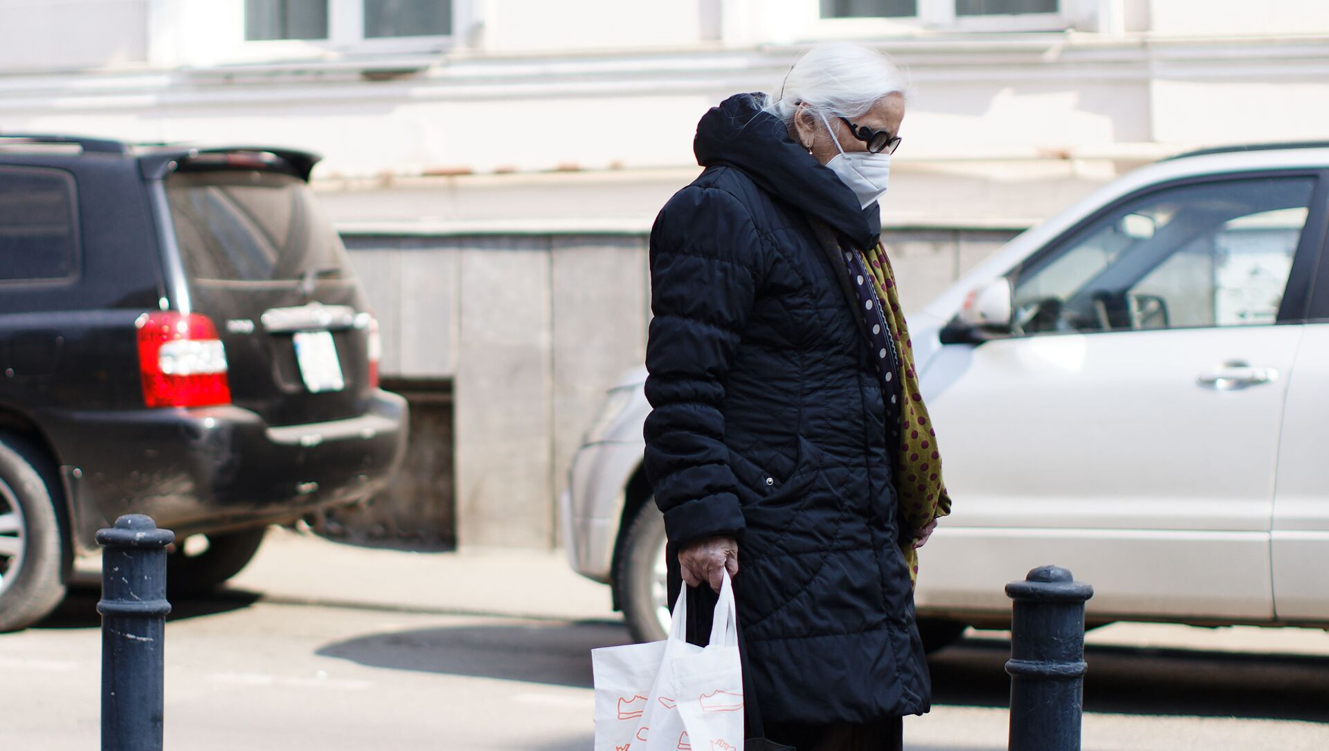 Эпидемия коронавируса - пожилая женщина на улице в респираторе - Sputnik Грузия, 1920, 16.02.2021