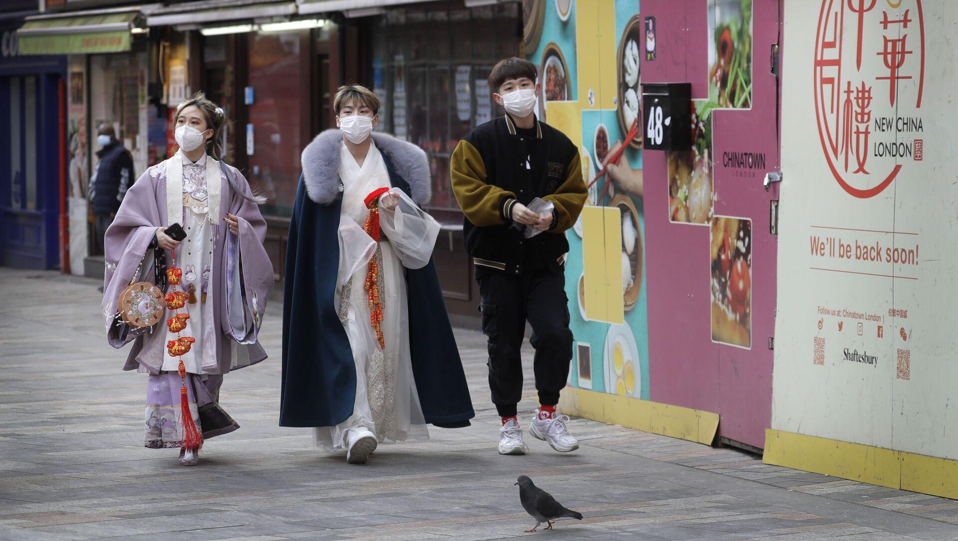 Пандемия коронавируса COVID - жители Лондона в масках в Чайнатауне - Sputnik Грузия, 1920, 16.02.2021