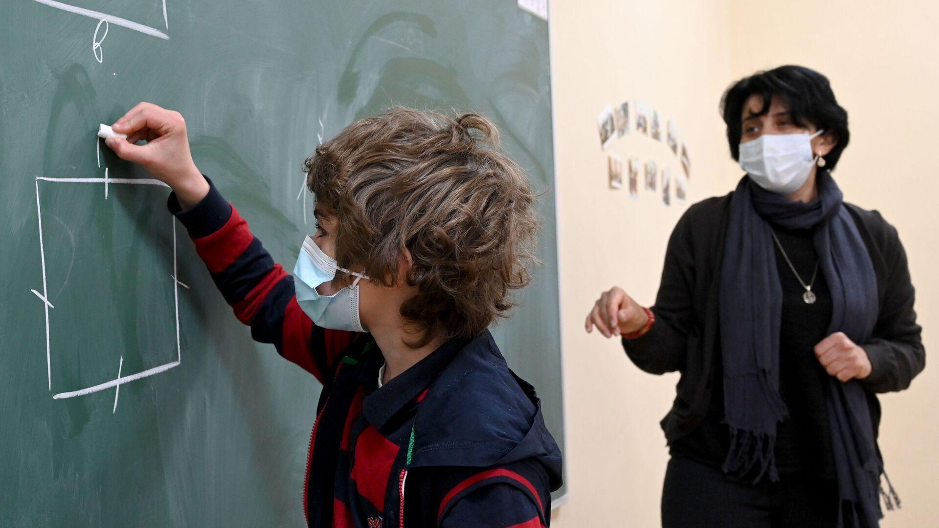 Учеба в школе во время эпидемии коронавируса - дети и педагоги в масках - Sputnik Грузия, 1920, 13.09.2021