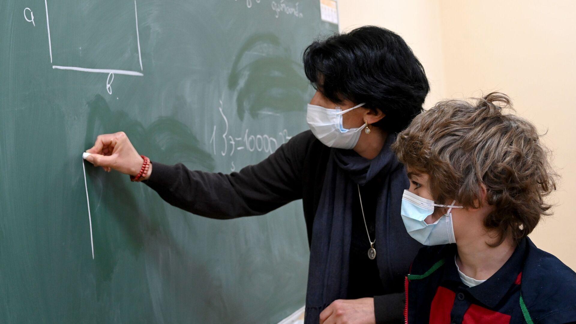 Учеба в школе во время эпидемии коронавируса - дети и педагоги в масках - Sputnik Грузия, 1920, 05.10.2021