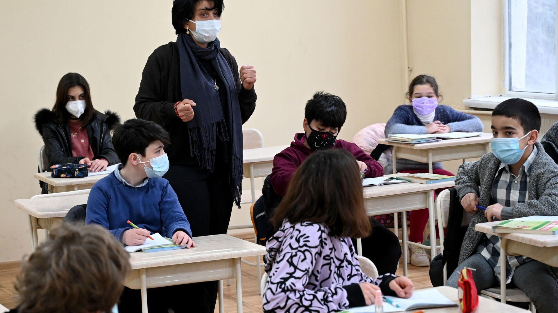 Учеба в школе во время эпидемии коронавируса - дети и педагоги в масках - Sputnik Грузия, 1920, 03.05.2021