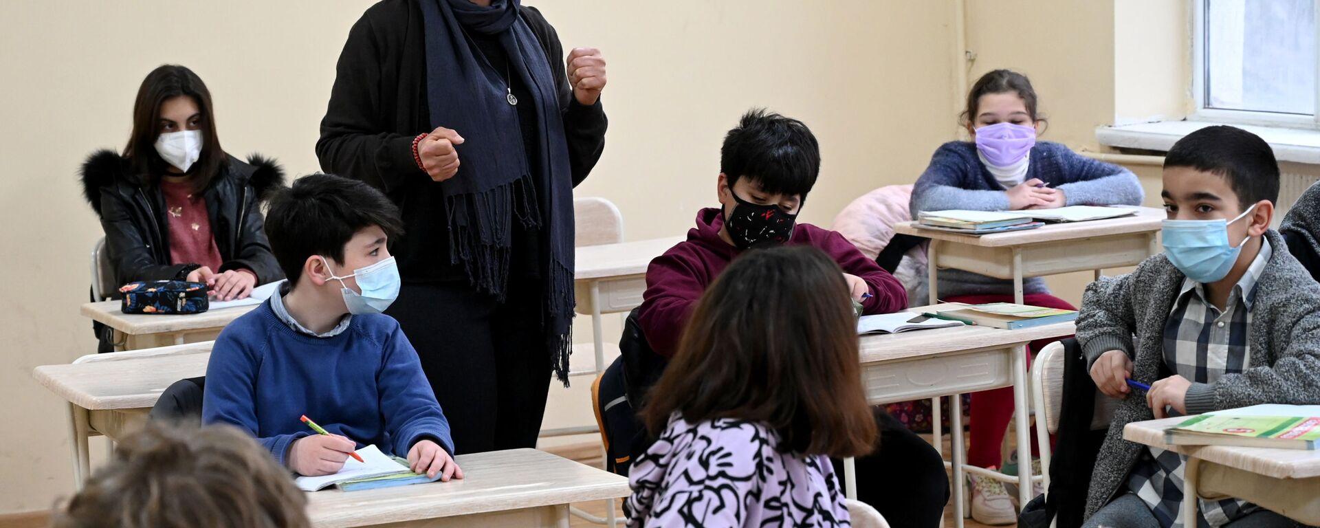 Учеба в школе во время эпидемии коронавируса - дети и педагоги в масках - Sputnik Грузия, 1920, 11.08.2021
