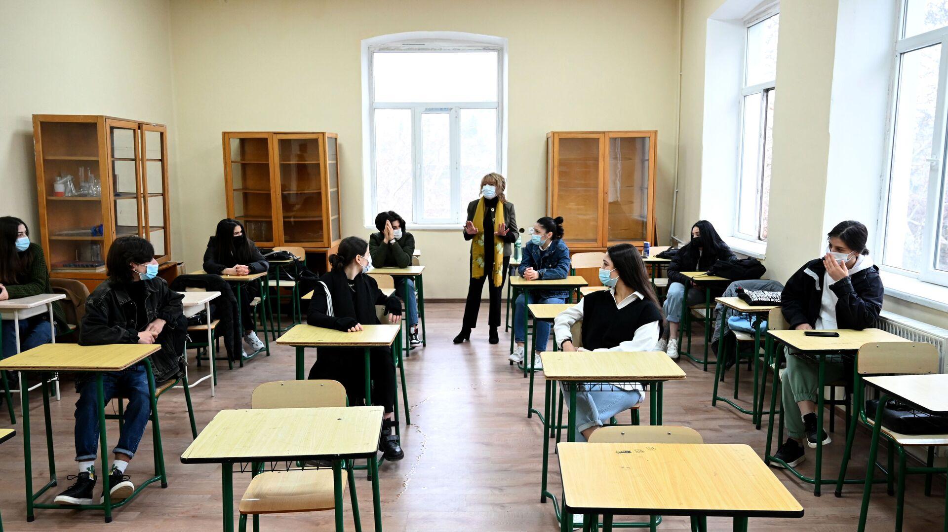 Учеба в школе во время эпидемии коронавируса - дети и педагоги в масках - Sputnik Грузия, 1920, 04.10.2021