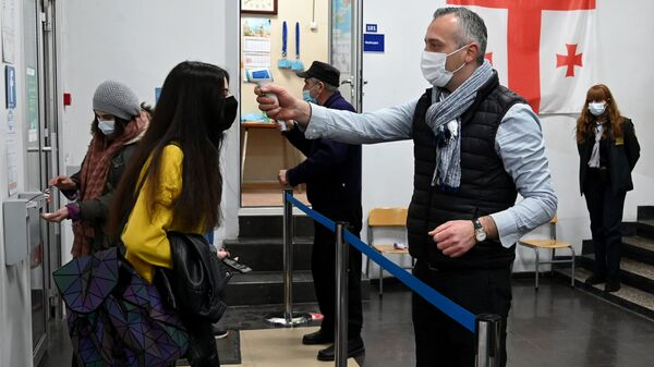 Учеба в школе во время эпидемии коронавируса - санитарная обработка рук и термоскрининг на входе в учебное заведение - Sputnik Грузия