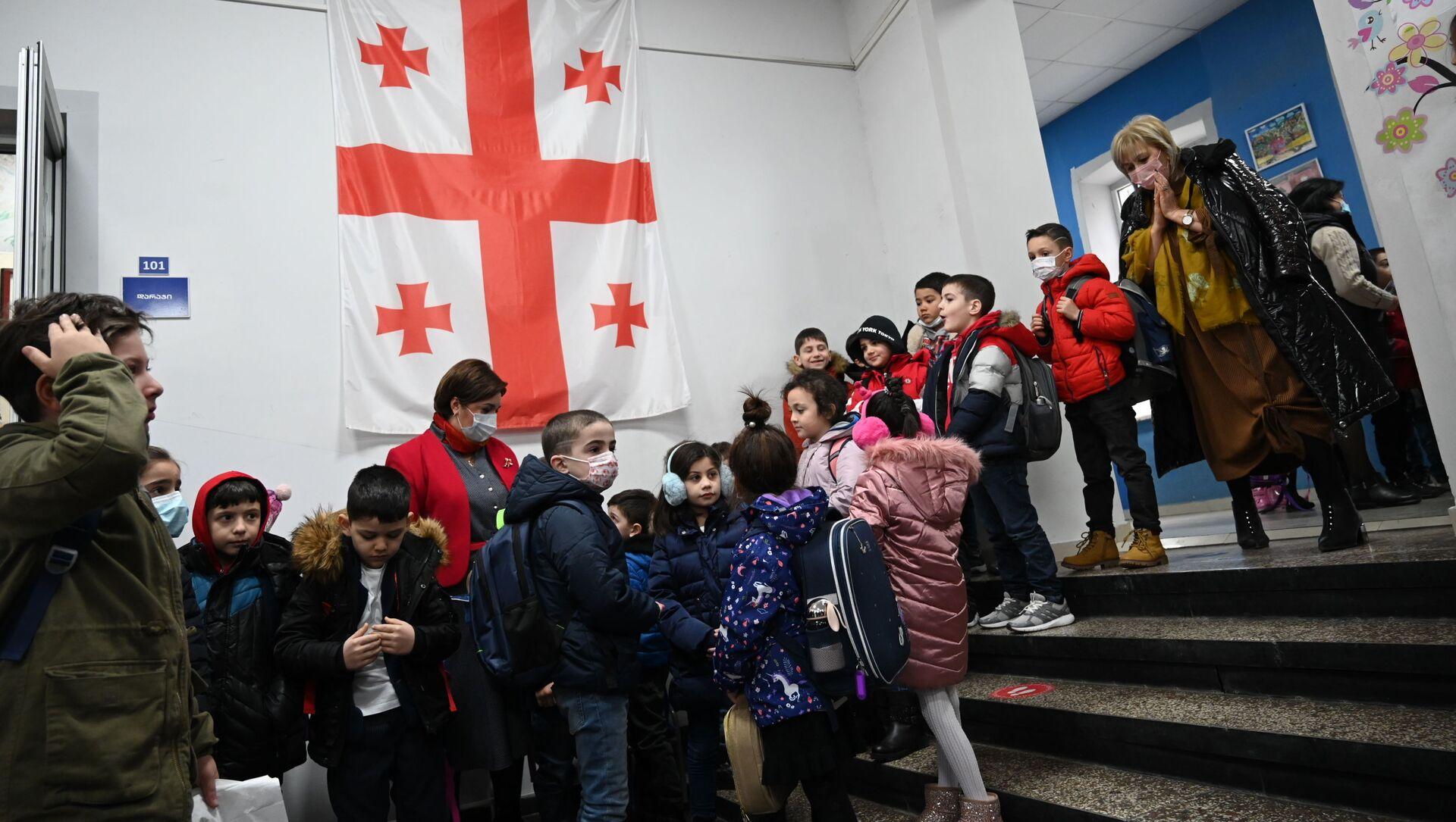 Учеба в школе во время эпидемии коронавируса - дети и педагоги в масках - Sputnik Грузия, 1920, 16.04.2021