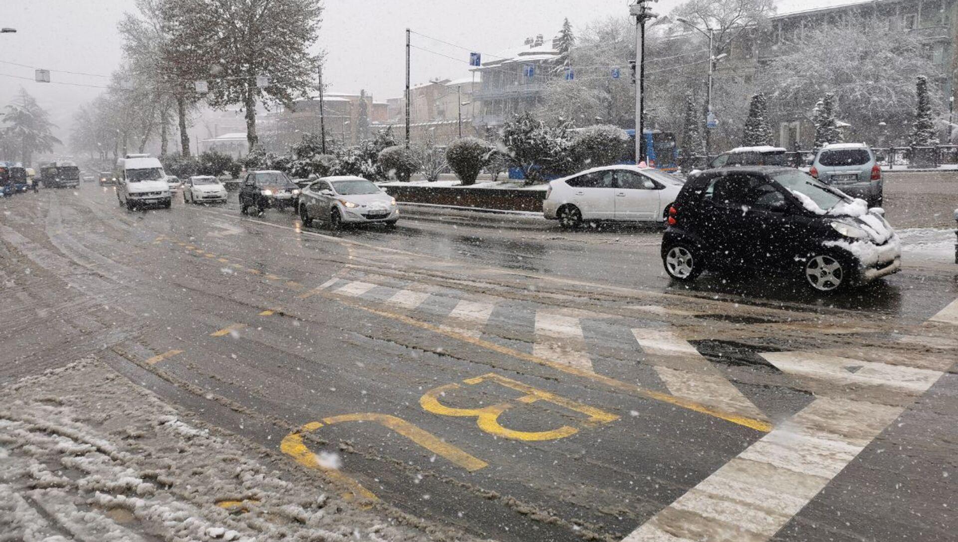 Снегопад в Тбилиси - автомобилисты передвигаются по улице Бараташвили - Sputnik Грузия, 1920, 17.02.2021