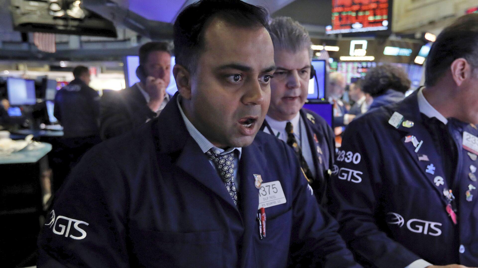 Специалист Нью-Йоркской фондовой биржи реагирует известие о падении рынков - Sputnik Грузия, 1920, 30.09.2021