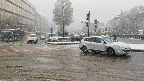 Снегопад в Тбилиси: редкие прохожие и осторожные водители - видео - Sputnik Грузия