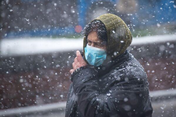 Хотя для многих снег на улицах города - не радость, а испытание - Sputnik Грузия