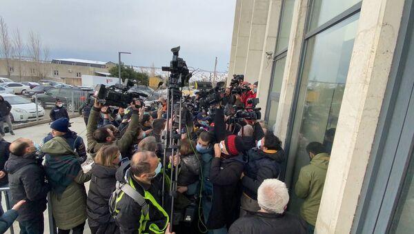 Полиция и журналисты у офиса Единого нацдвижения 18 февраля 2021 года - Sputnik Грузия