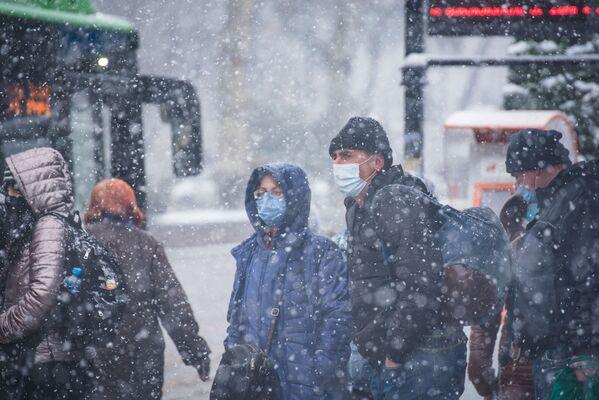 При этом и в снегопад надо соблюдать масочный режим - Sputnik Грузия