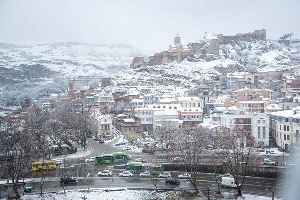 Совершенно иной вид приобретает столица Грузии, укрытая снегом - Sputnik Грузия