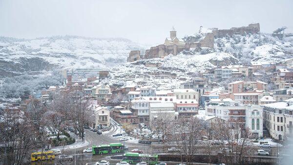Снегопад и туман в Тбилиси - вид на Абанотубани и исторический центр - Sputnik Грузия