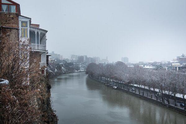 Город словно говорит - подождите немного и на улицы снова вернется солнце и хорошая погода - Sputnik Грузия