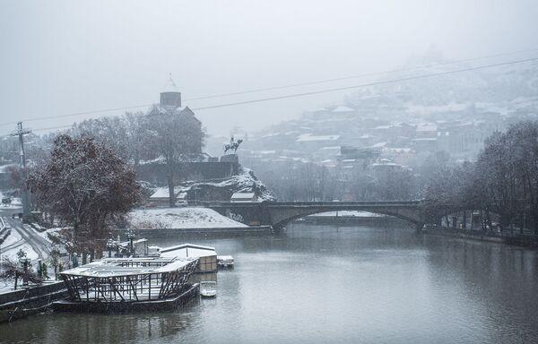 А пока идет снег, надо суметь обрадоваться такому событию и успеть полюбоваться видами заснеженного города - Sputnik Грузия