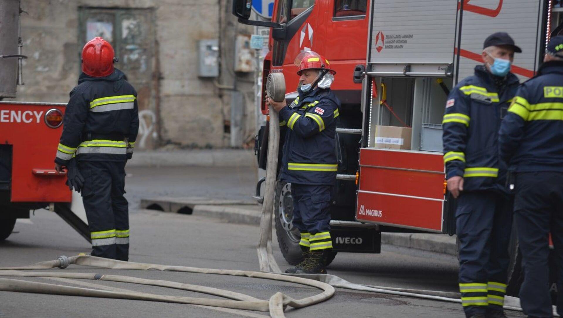 Пожарные спасатели на месте возгорания в центре столицы Грузии - Sputnik Грузия, 1920, 14.04.2021