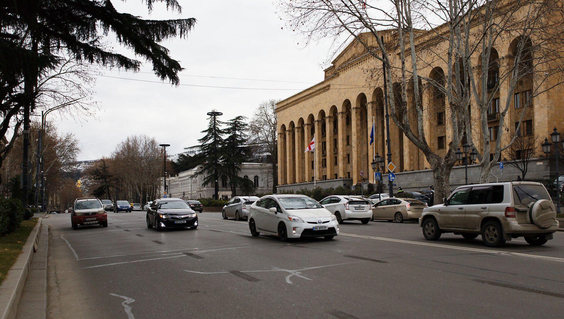 Парламент Грузии - машины едут мимо по проспекту Руставели - Sputnik Грузия, 1920, 03.04.2021