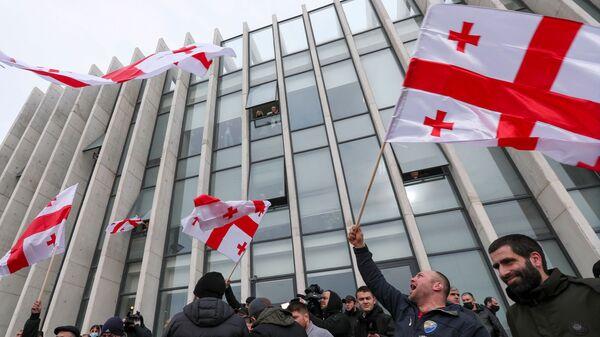 Сторонники партии Единое национальное движение у партийного офиса - Sputnik Грузия