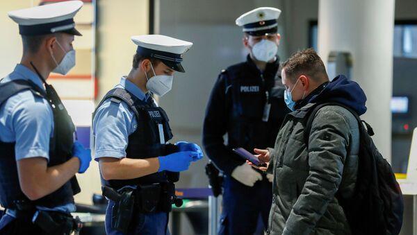 Немецкая полиция проверяет паспорт пассажира - Sputnik Грузия