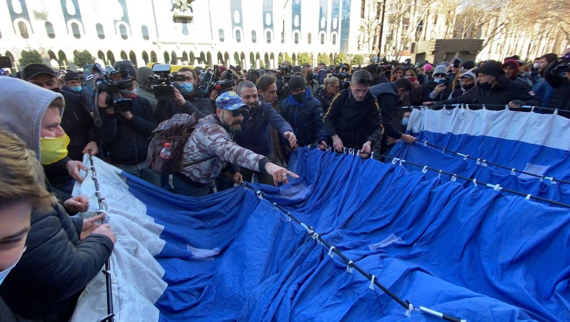 Ситуация у здания Парламента Грузии. Демоестранты устанавливают палатки 23 февраля 2021 года - Sputnik Грузия, 1920, 23.02.2021