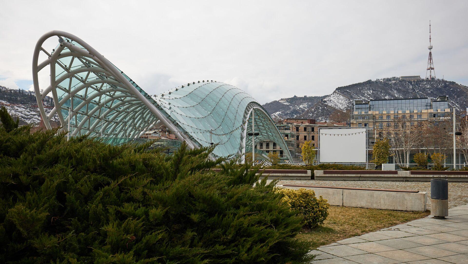 Вид на город Тбилиси - гора Мтацминда и мост Мира - Sputnik Грузия, 1920, 21.03.2021