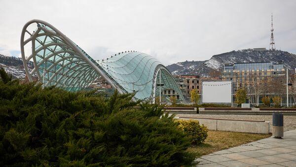 Вид на город Тбилиси - гора Мтацминда и мост Мира - Sputnik Грузия