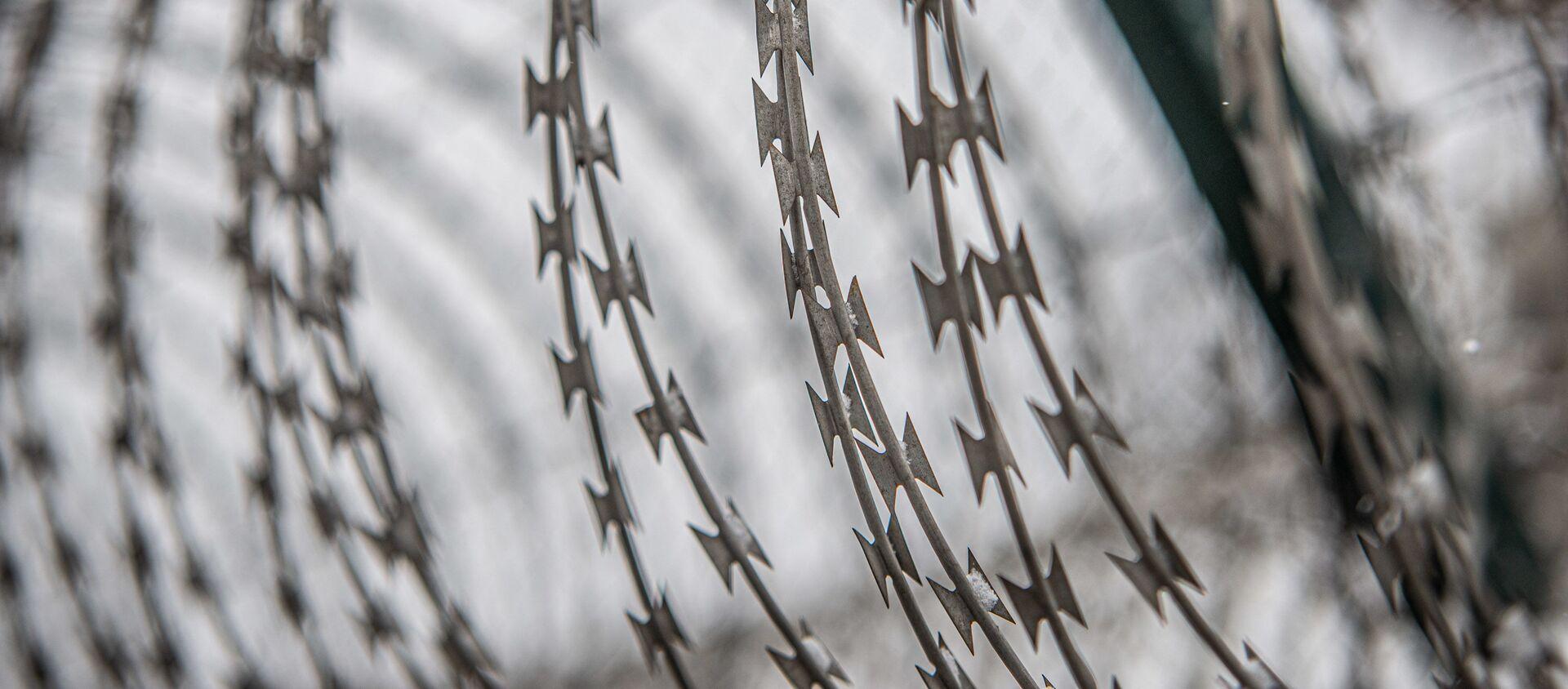 Руставская тюрьма - колючая проволока на стене - Sputnik Грузия, 1920, 13.08.2021