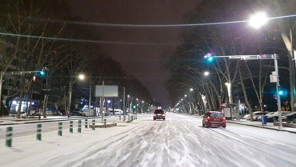 На дорогах Тбилиси снег и гололёд: придётся ездить осторожно - видео - Sputnik Грузия