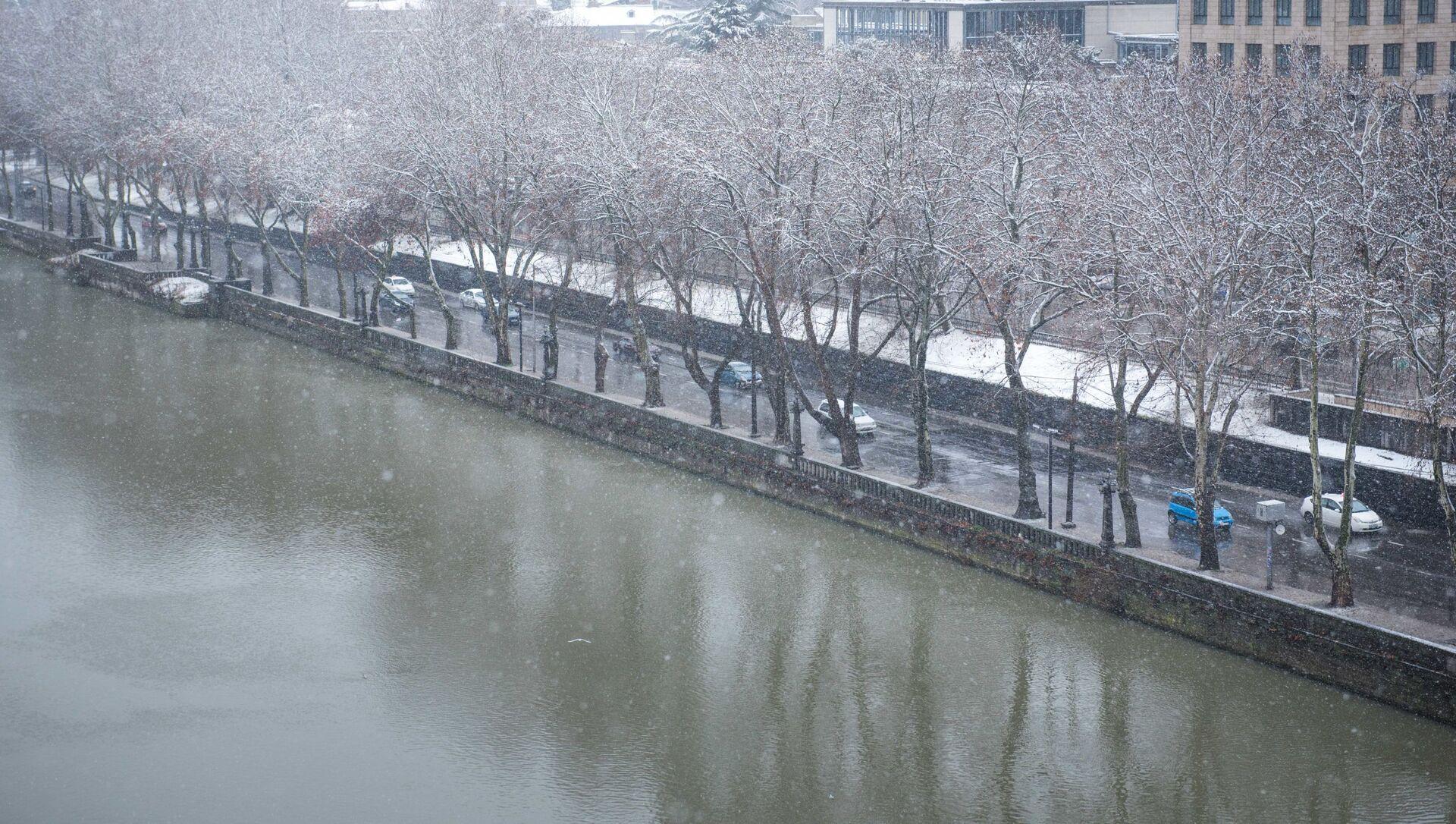 Погода в Тбилиси - машины едут по набережной в снег - Sputnik Грузия, 1920, 11.03.2021