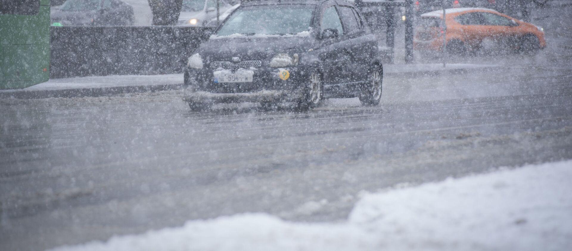 Погода в Тбилиси - машины едут по дорогам в снегопад - Sputnik Грузия, 1920, 25.02.2021