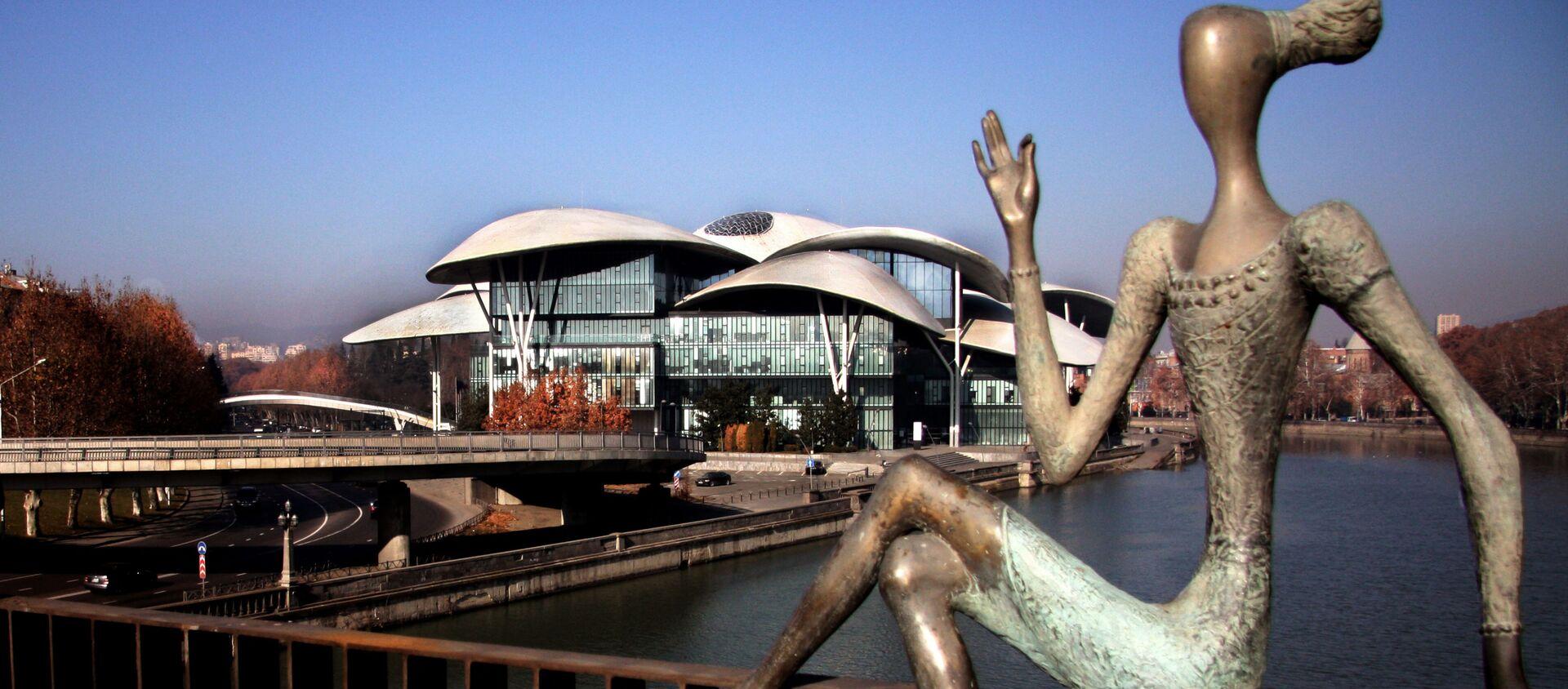 Тбилисские купола - Дом Юстиции и скультуры на мосту Бараташвили - Sputnik Грузия, 1920, 04.05.2021