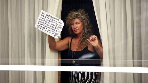 ქალი სასტუმრო Radisson Blu-ს ფანჯარაში ჰითროუს აეროპორტში - Sputnik საქართველო