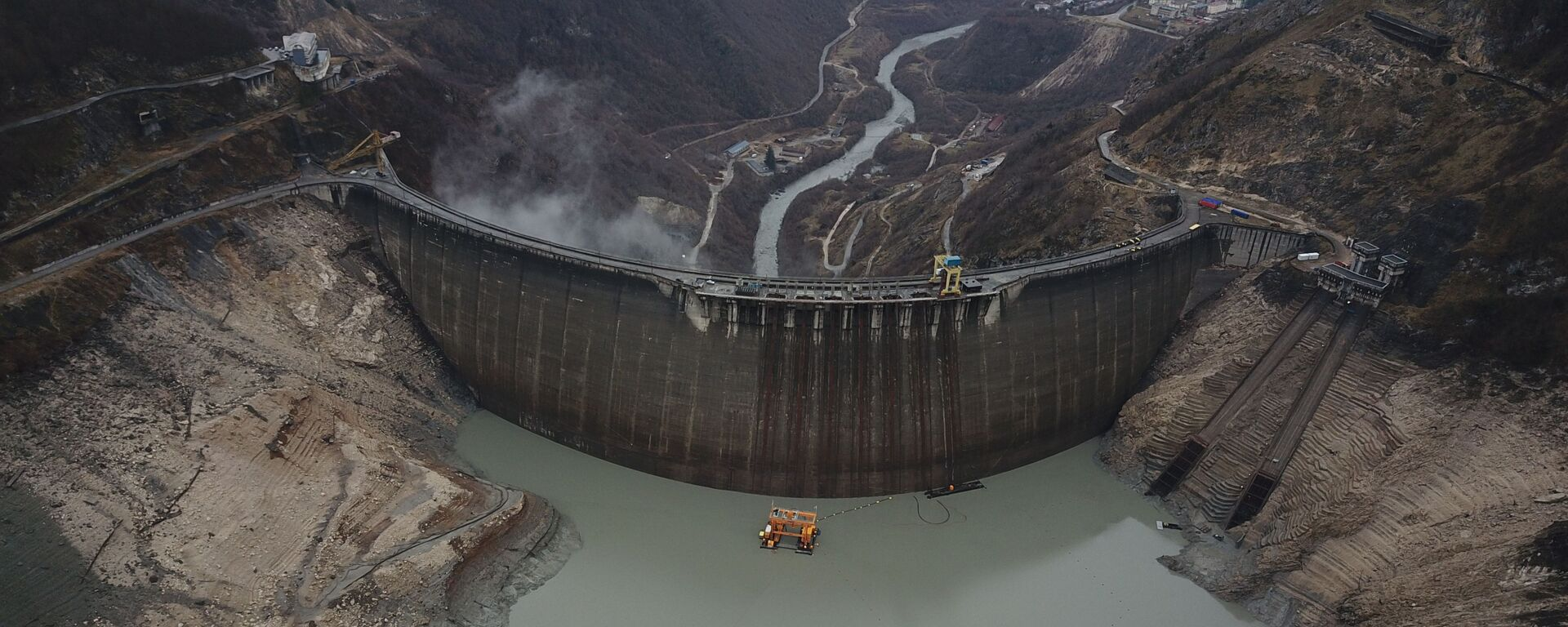 Ингури ГЭС - вид сверху на водохранилище и плотину, где зимой понижен уровень воды - Sputnik Грузия, 1920, 01.09.2021